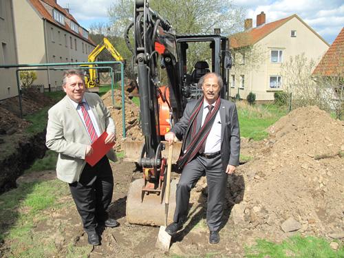v.l.: Jörg Wieland, Geschäftsführer des Gemeinnützigen Bauverein in Münden eG, und  Werner Pfütz, Geschäftsführer der Versorgungsbetriebe beim Spatenstich