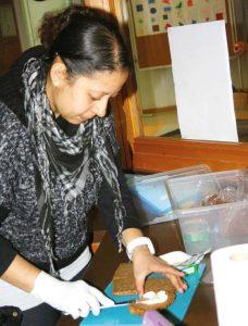 Miryana El Jabr trägt zur gesunden Ernährung in der Pause bei.