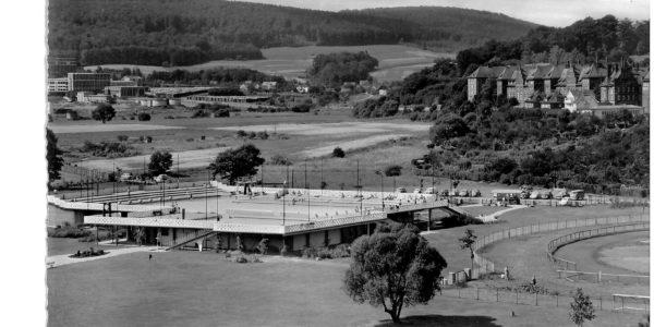 Besondere Bäderarchitektur: Weil der Baugrund aus Kies und Sand besteht, hat sich Architekt  Hans Georg Oechler 1959 für ein Hochbad entschieden. Kostengünstig war ein Becken im Boden nicht realisierbar.